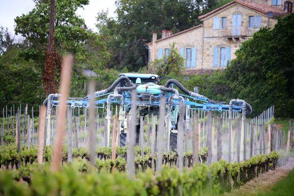 Epandage dans les vignes en Gironde - 2108 - Illustration -