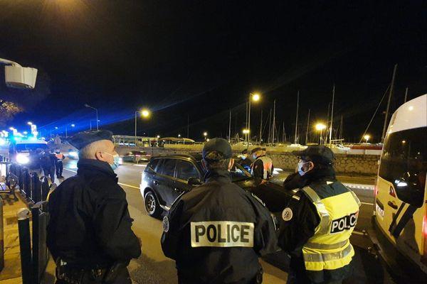 Des agents de police procèdent à un contrôle suite à la mise en place du couvre-feu.