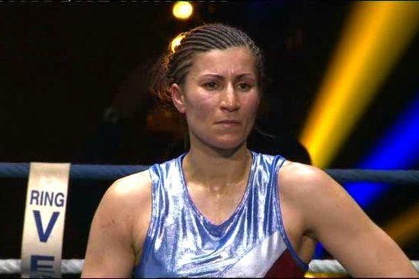 La déception, la frustration se lisent sur le visage de Farida El Hadrati qui a su conquérir le public du Zénith de Cournon d'Auvergne au soir du 1er avril, mais les juges en ont décidé autrement. Le titre de championne du monde échappe à la boxeuse clermontoise