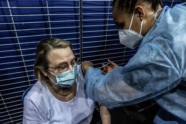En attendant l'installation d'un vaccinodrôme mi-avril au Mans, les chiffres de l'épidémie sont tous à la hausse.