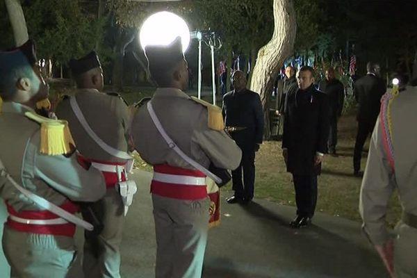 Le président Malien et le président Français saluent les hommes de l'Armée Malienne.