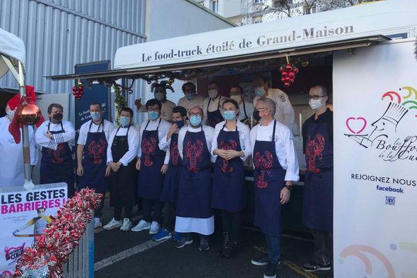 """L'équipe de chefs et de bénévoles des """"Bouffons de la cuisine"""", ici à Brest"""