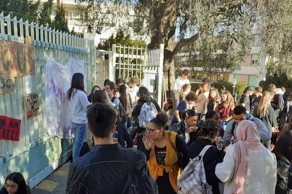 Lycée Estienne d'Orves, ce mardi, sur les 150 élèves qui devaient composer, 40 se sont présentés à l'épreuve.