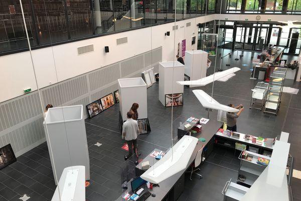 Installation de l'exposition de l'artiste Francis Meslet à la BMI d'Epinal.