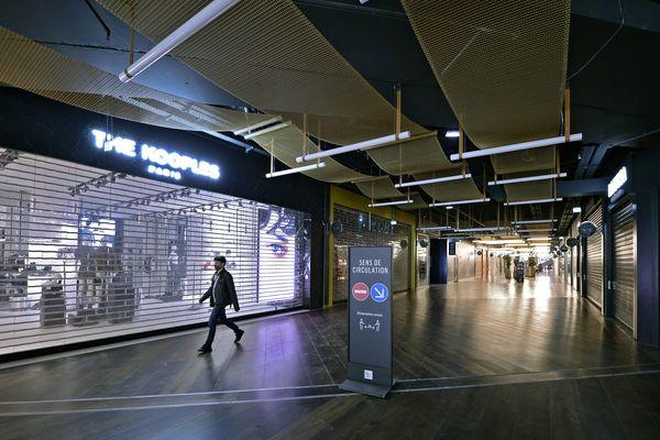 Rideaux baissés dans le centre commercial de La Part Dieu à Lyon pour cause de Covid. A partir du 5 mars 2021, les surfaces commerciales de plus de 10.000 m2 seront également fermées.
