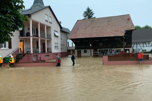 L'eau est montée très vite au coeur du village - Elle a atteint les 50 cm