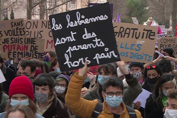 Les pancartes défendent les droits des femmes dans le monde