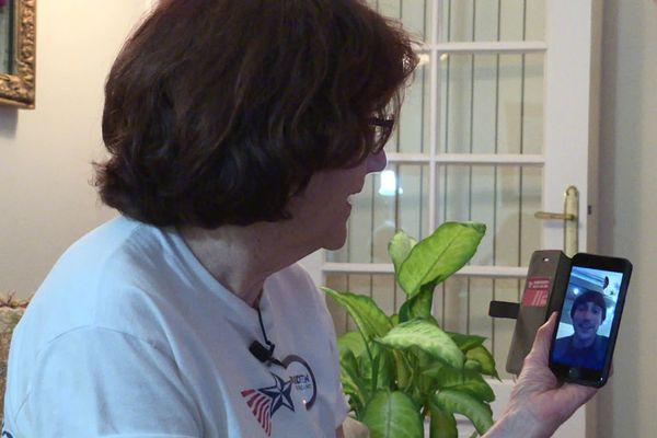 Lynne au téléphone avec des membres de sa famille américaine