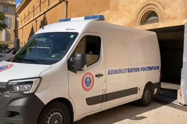 A quelques minutes de l'ouverture du procès en appel dans l'affaire Pastor ce lundi 18 octobre 2021, l'arrivée du fourgon blindé à la cour d'appel d'Aix-en-Provence.
