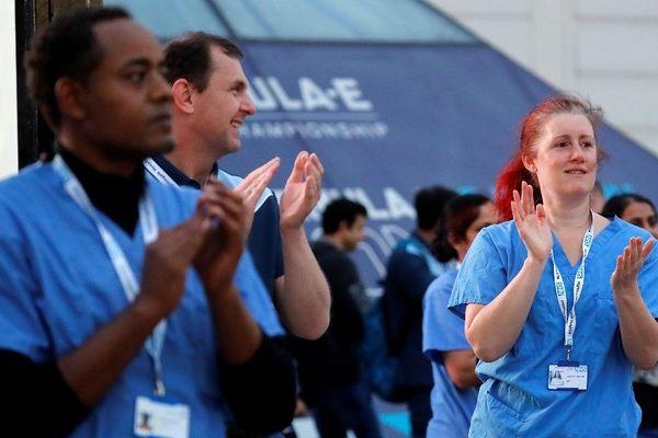 Applaudissements à l'extérieur de l'hôpital ExCel de Londres pour rendre hommage au personnel soignant britannique.
