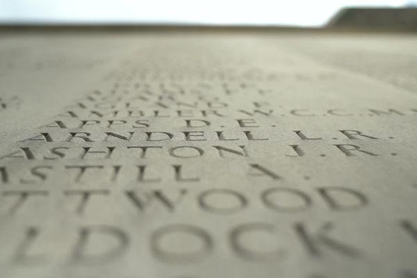 Les noms de 11 000 soldats reposant dans des tombes anonymes sont gravés dans la pierre du mémorial australien de Villers-Bretonneux dans la Somme.
