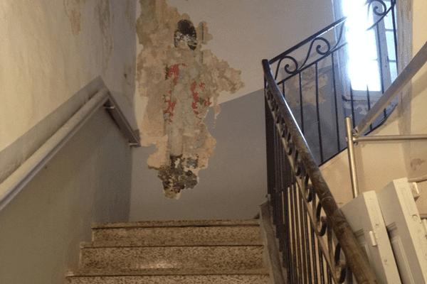 La sentinelle, grandeur nature, monte la garde dans les escaliers