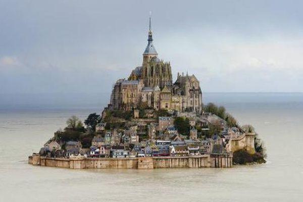 Le Mont Saint-Michel, lors de la Grande Marée du 21 mars 2015.