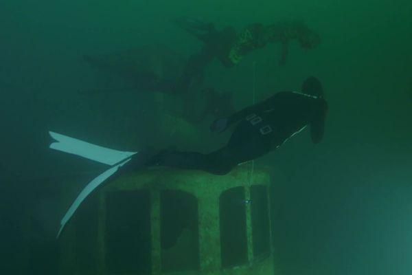 Quatre athlètes sont partis à la découverte du France, à 42 mètres de profondeur dans le lac d'Annecy.