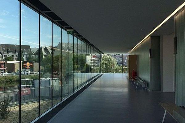 La salle des pas perdus : un long couloir de verre