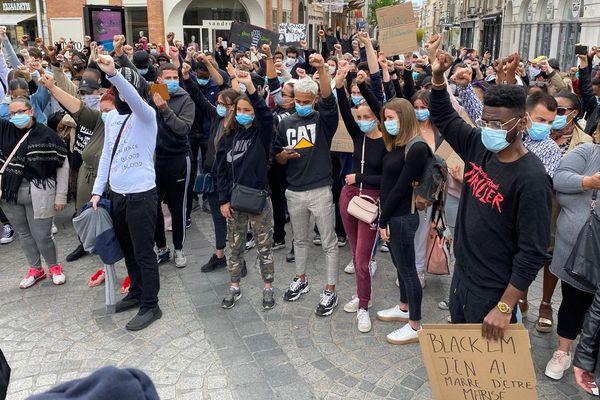 Les manifestants lèvent leur poing en l'air en soutien aux victimes des violences policières