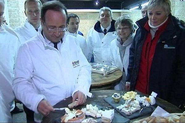 François Hollande dégustant de l'époisses fabriqué en Côte d'Or, lors de sa visite à Rungis jeudi 27 décembre 2012.