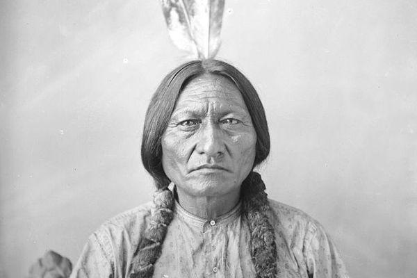 Sitting Bull - chef de la tribu et médecin des Lakotas Hunkpapas (Sioux). Il est l'un des principaux Amérindiens résistants face à l'armée américaine.
