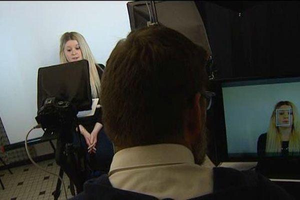 Elodie Batisse enregistre son cv vidéo auprès de Cap Emploi.