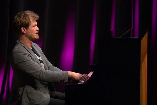 Damien Groleau est un pianiste, compositeur et flûtiste originaire de Besançon.