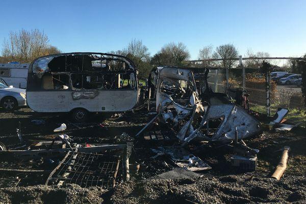 Ce dimanche 1er décembre le camp de Roms du chemin des Bouderies a été incendié. Toutes les caravanes, installées sur le site ont brûlé.
