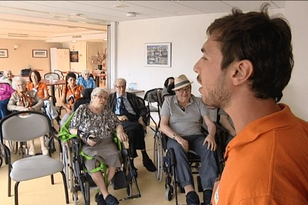 Après des études de commerce, Tanguy effectue un service civique auprès des personnes âgées.