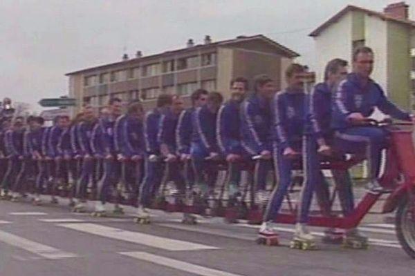 Les pompiers du district de Nancy sur le vélo le plus long du monde, le 26 mai 1991. Un record loufoque parmi d'autres!