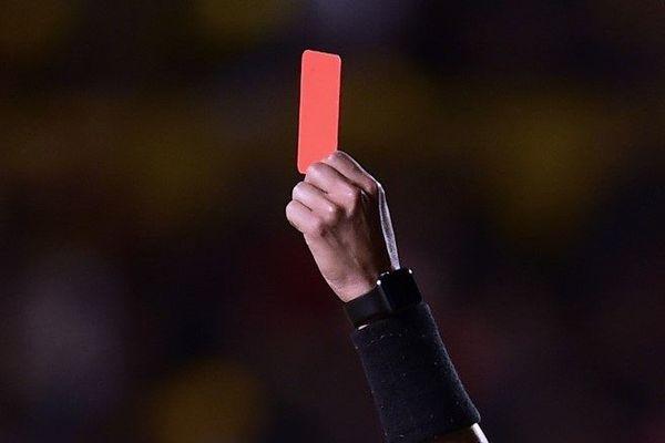 L'arbitre aurait reçu un coup de coude dans la mâchoire. L'agresseur présumé et un encadrant de la JS Pontoisienne ont été suspendus à titre conservatoire. (Illustration)