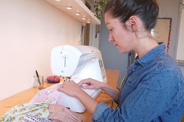 Dans l'Aveyron, Anne Gayral, couturière professionnelle, a lancé un réseau de bénévoles pour confectionner des masques en tissu pour ceux qui en manquent pendant l'épidémie de coronavirus.