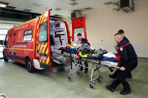 Un véhicule de service d'aides aux victimes des pompiers vient d'arriver au service des urgences de l'hôpital