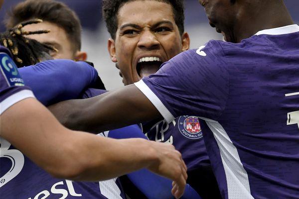 """Véritable poison permanent pour l'équipe adverse, le """"pitchoun"""" Amine Adli a confirmé le trophée de meilleur joueur de la saison de Ligue 2."""