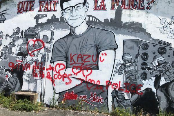 Au lendemain de la mise en examen du commissaire Chassaing, qui dirigeait les opérations le soir où Steve Maïa Caniço est tombé dans la Loire, la fresque en mémoire du jeune homme a été vandalisée.