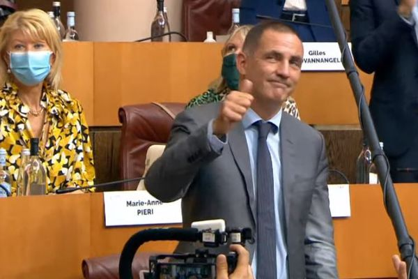 Gilles Simeoni saluant le public qui l'applaudit, après sa victoire.
