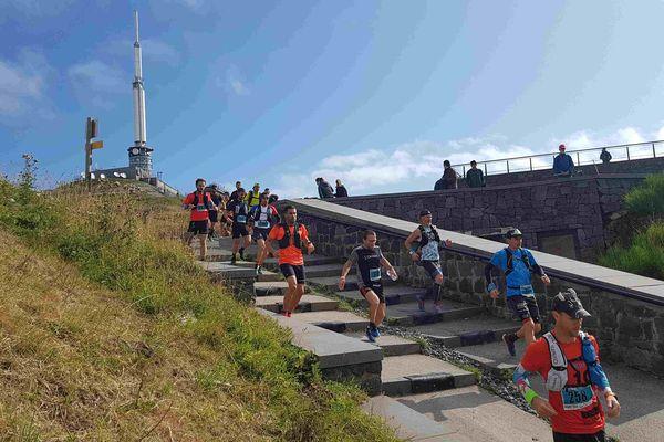 """Au sommet du Puy-de-Dôme le 7 septembre, les coureurs ont pris le départ d'une """"folle descente"""" de 34 kilomètres."""