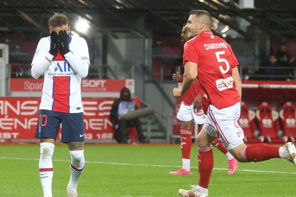 Le soulagement des Brestois, battu par le PSG, ils s'assurent le maintien en ligue 1 grâce à la défaite de Nantes.