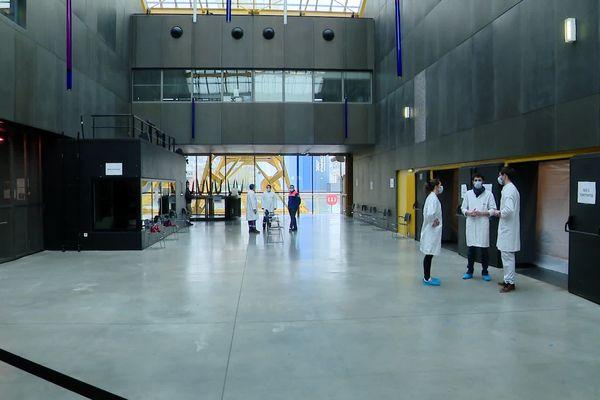 Un centre médical dans le Hangar 106