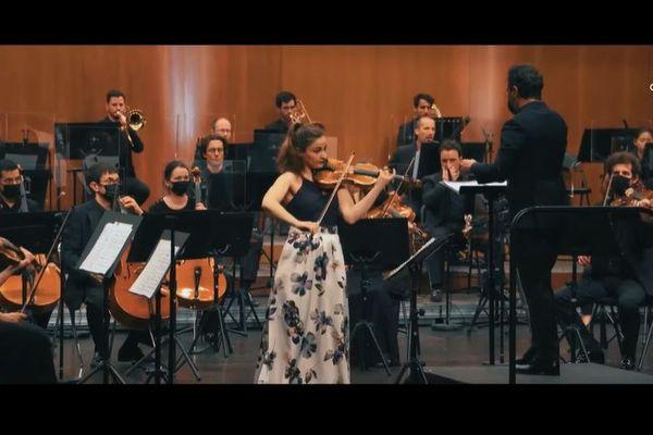 La virtuose Alexandra Soumm, sous la direction de Benjamin Levy , est accompagnée des musiciens de l' Orchestre de Cannes et des étudiants musiciens de l' IESM Europe et Méditerranée.