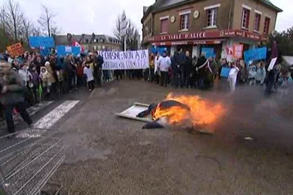 Le 30 janvier dernier, une centaine de personnes se sont mobilisées au Chesne. En guise de symbole, ils ont brûlé une poupée de chiffon symbolisant l'inspecteur d'académie