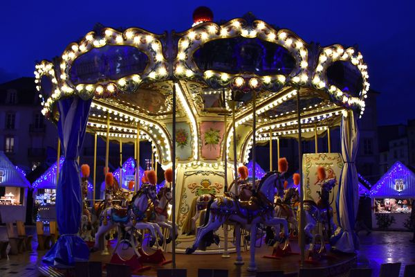 Le carrousel lumineux de la Place Charles III, un lieu idéal pour des photos nocturne en période de fêtes avec petits et grands!