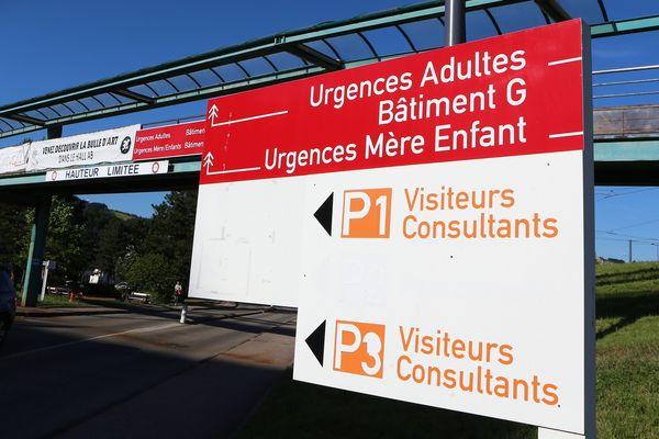 Un équipement NRBC a été installé ce 18 mars 2020 face aux Urgences pour adultes du CHU de Saint-Etienne pour accueillir l'afflux de patients atteints par le Coronavirus.