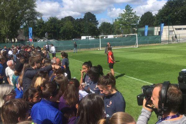Plusieurs classes des écoles voisines sont venues soutenir les Bleues lors de leur entraînement, vendredi matin à Cesson-Sévigné.