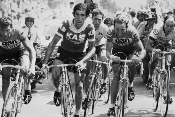 Le Français Raymond Poulidor (à gauche) roule en compagnie de l'Espagnol Francisco Galdos, du Belge Lucien Van Impe, maillot jaune, du Néerlandais Joop Zoetemelk et du Français Raymond Delisle, le 16 juillet 1976, lors de l'ascension du puy de Dôme, terme de la 20e étape du Tour de France partie de Tulle en Corrèze. Zoetemelk remportera l'étape mais terminera 2e à Paris derrière Van Impe. Poulidor finira 3ème à 40 ans, Delisle, 4ème, et Galdos, 6ème.