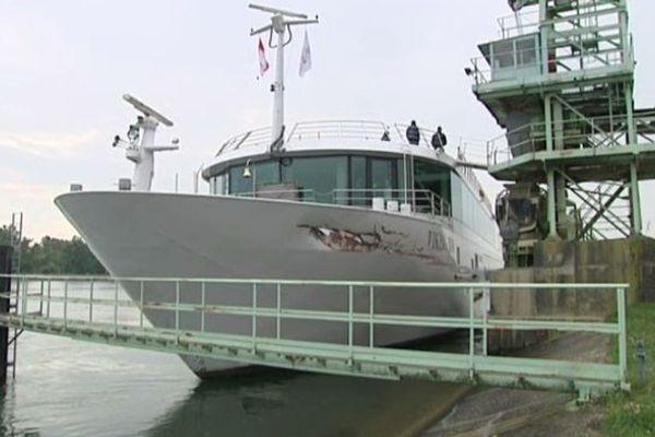 Le bateau est à quai sur le Rhin, à Gerstheim