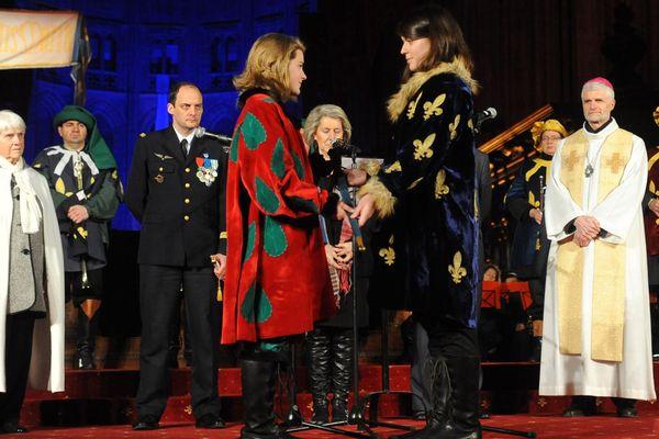 La cérémonie de l'épée en 2012 en la cathédrale Sainte-Croix : Pauline Finet reçoit son épée des mains de Clarence Guerillon Jeanne 2011. En 2020, la cérémonie aura bien lieu mais sans spectateur présents
