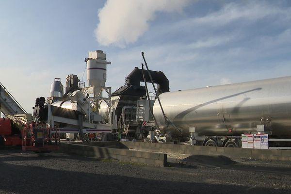 L'enrobé recyclé utilisé pour la réfection des routes est directement fabriqué dans cette centrale mobile.