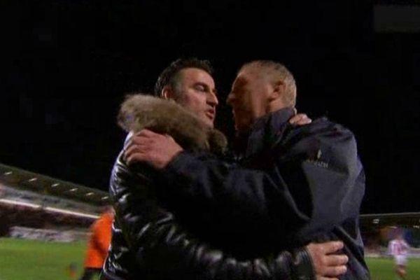 L'ASSE se contente d'un match nul face aux Corse : 0 à 0, les deux entraîneurs se saluent après le match