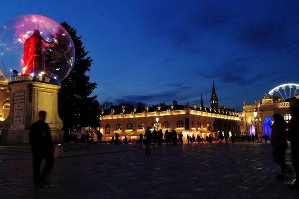 Stanislas dans sa bulle, avant l'allumage du sapin sur la place Stanislas à Nancy, vendredi 22 novembre 2019.