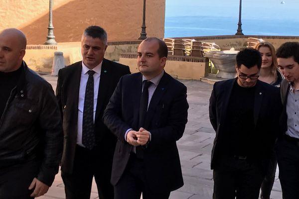 Le sénateur-maire de Fréjus, directeur de campagne de Marine Le Pen, en visite en Corse, ici à la citadelle de Bastia.