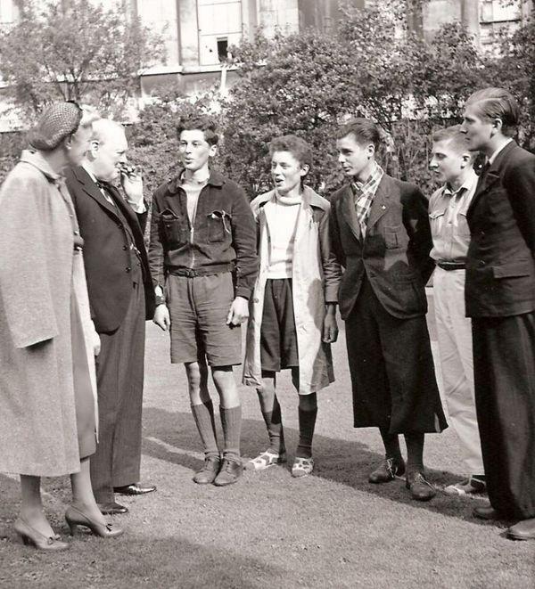 Jean-Paul et Pierre Lavoix, Reynold Lefevre, Guy et Christian Richard reçus par M. et Mme Churchill à Londres.