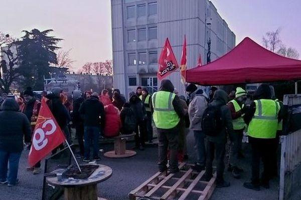Les salariés et syndicalistes sont à l'entrée du bâtiment Boulevard Kennedy à Dijon